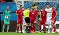 El árbitro anula un gol a Irán tras recurrir al VAR para confirmar su decisión.