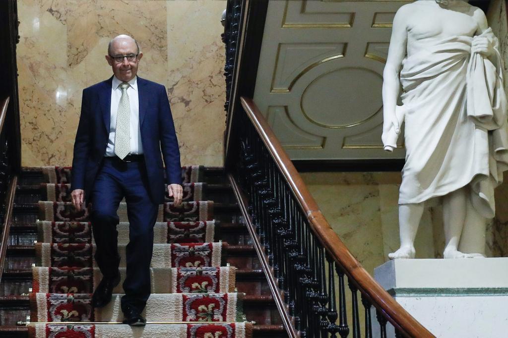 El exministro de Hacienda Cristóbal Montoro, a su llegada a la sesión de control en el Congreso de los Diputados,