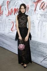 Con un vestido de encaje de Chanel.