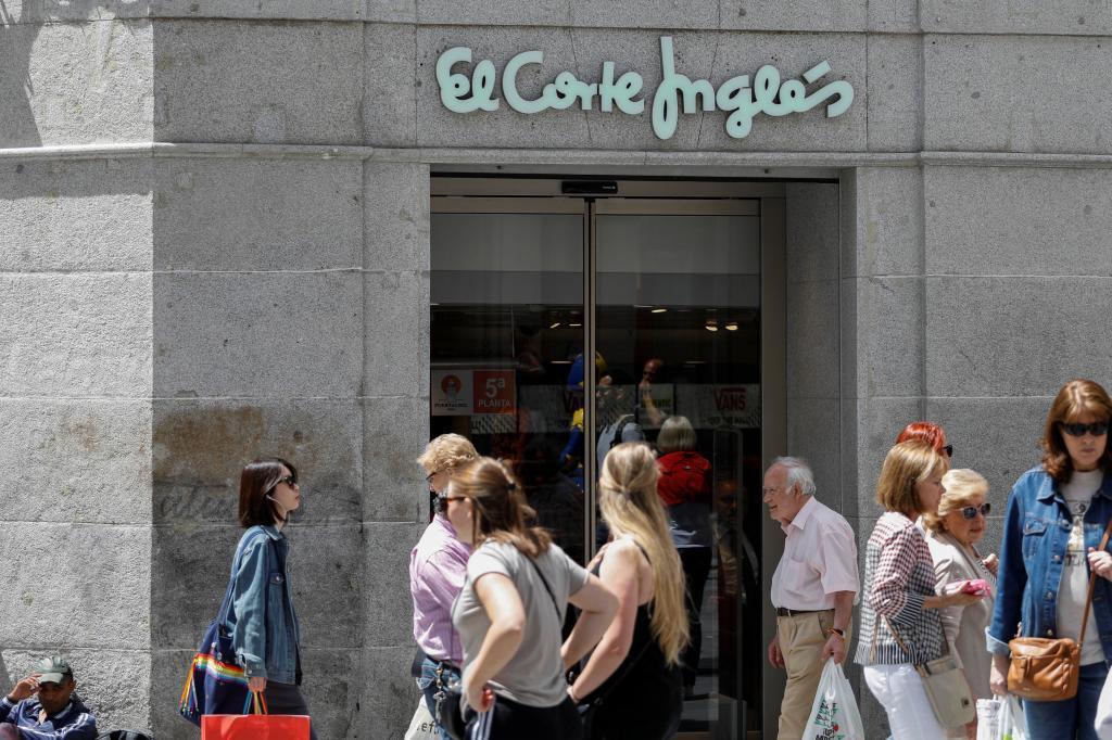 Varias personas junto a la entrada de El Corte Inglés en Preciados en...