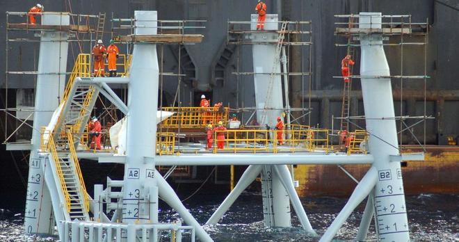 Varios operarios trabajan en la planta marina del Proyecto Castor