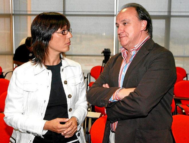 El empresario y ex consejero delegado de Isofotón, José Luis Manzano, junto a la socialista María Gámez.