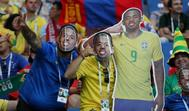 Aficionados brasileños muestran caretas de Gabriel Jesús en el Rostov Arena.
