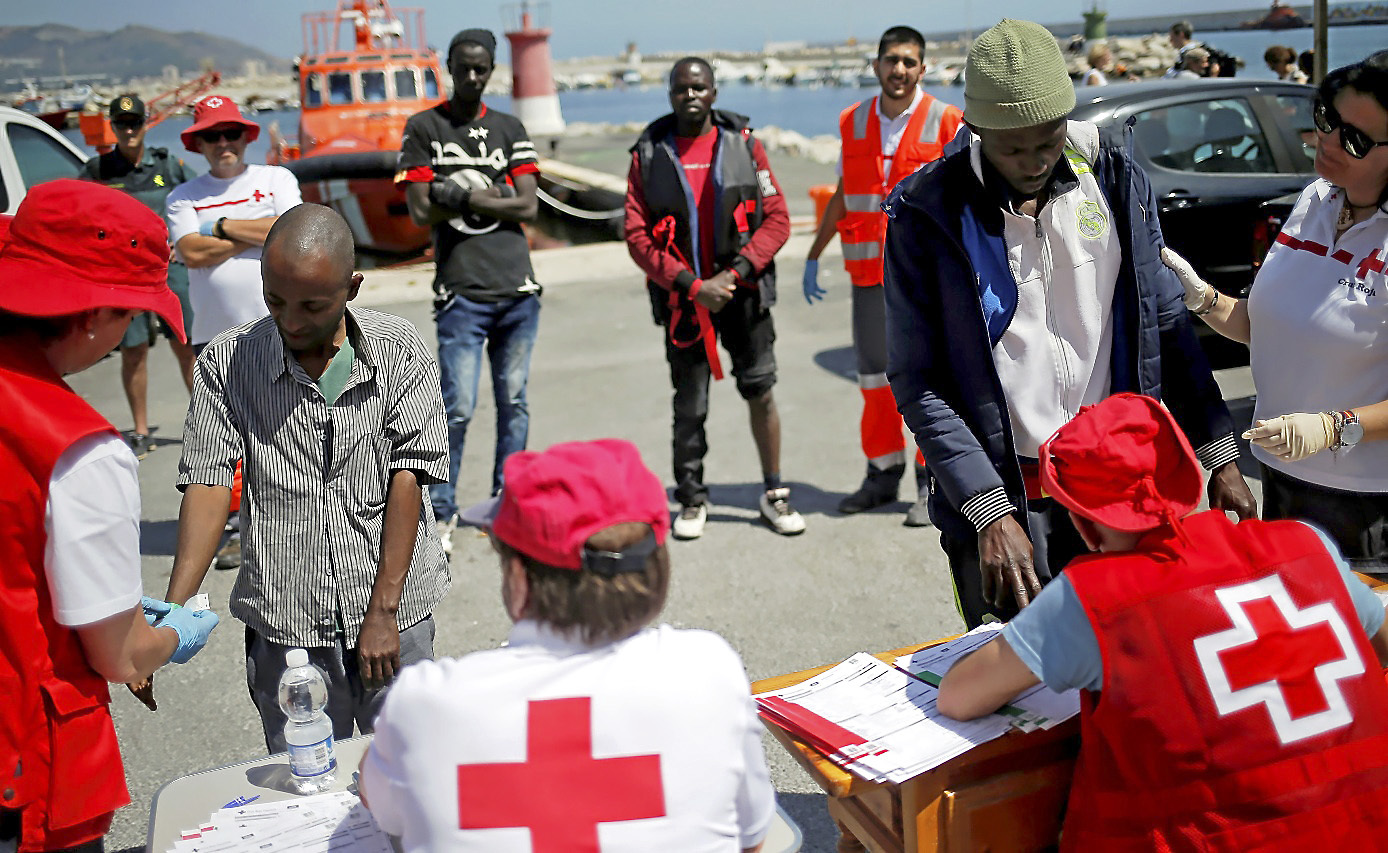 Personal de Cruz Roja atiende ayer en Motril (Granada) a inmigrantes...