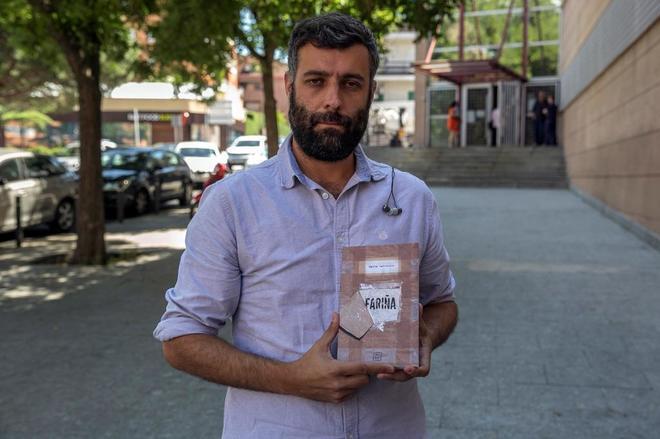 Nacho Carretero, autor del libro, con uno de los ejemplares.