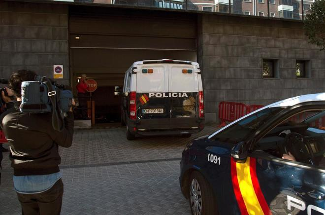 Un furgón policial traslada a los cinco acusados a una vista en la...
