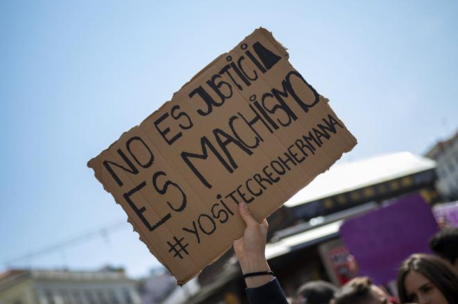 Cartel de un manifestante durante una concentración en contra de la...