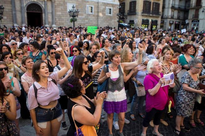 Cientos de personas concentradas en la plaza Sant Jaume de Barcelona...