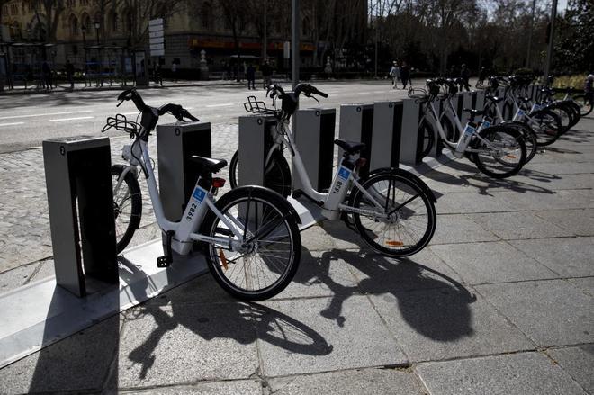 Bicicletas de Bicimad en sus anclajes.
