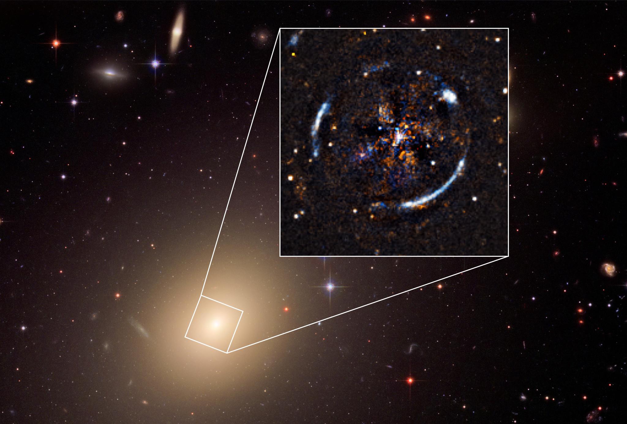 Galaxia ESO 325-G004, con el anillo de Einstein resultante de la distorsión de la luz de una galaxia lejana.
