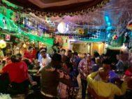 La pista de baile del Pancho Villa, decorado con motivos mundialistas.