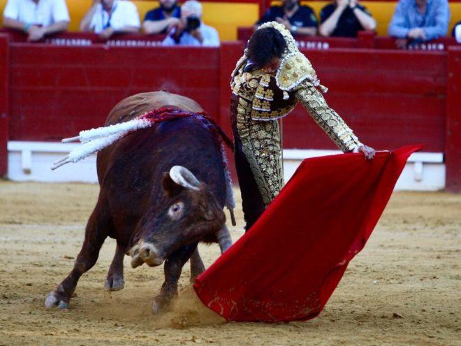 Profundo y asentado derechazo de Roca Rey al tercer toro de Núñez del Cuvillo