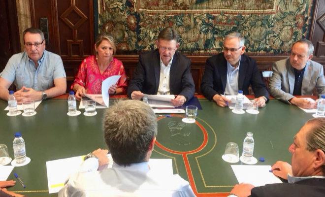 El presidente de la Generalitat, Ximo Puig, junto al grueso de la representación empresarial e institucional para tratar la desconexión de Valencia de los ejes Atlàntico y Cantábrico de la UE.AP