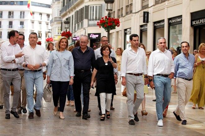 Soraya Sáez de Santamaría pasea por la calle Larios de Málaga acompañada de Francisco de la Torre (4i), alcalde de Málaga; Elías Bendodo (2d), presidente de la Diputación; Carlos Iturgaiz (i), eurodiputado; Juan Manuel Moreno (3i), presidente del PP andaluz, Fátima Bañez (3d) y Miguel Briones (d), entre otros.