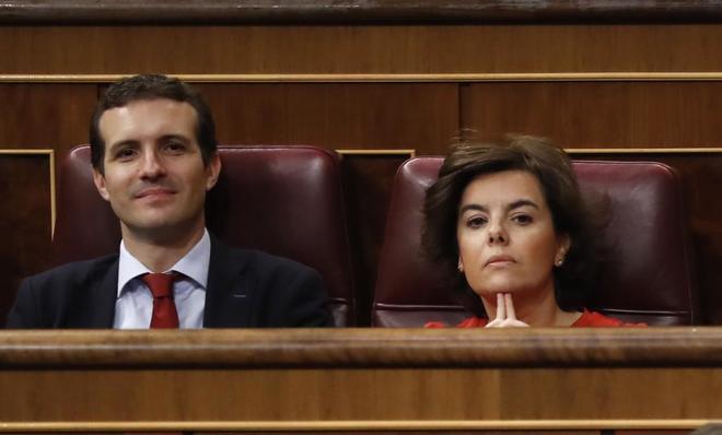 Dos de los candidatos a liderar el PP, Pablo Casado y Soraya Sáenz de Santamaría, en el Congreso.