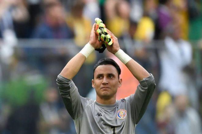 Keylor Navas aplaude a la afición tras el partido ante Brasil.