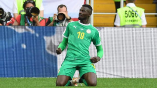 Los mil líos de Niang, el delantero senegalés experto en 'balconing'