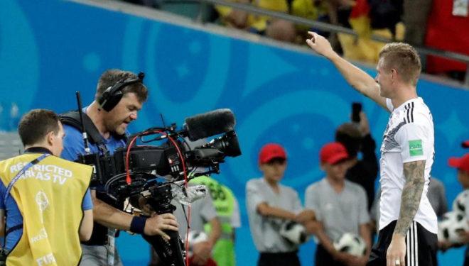 Toni Kroos saluda tras la victoria de Alemania  sobre Suecia.