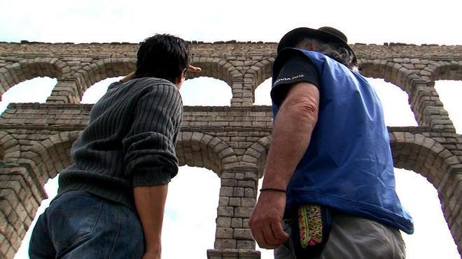 Dos hombres en el acueducto de Segovia.