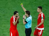 El árbitro Felix Brych muestra tarjeta amarilla a Milivojevic.