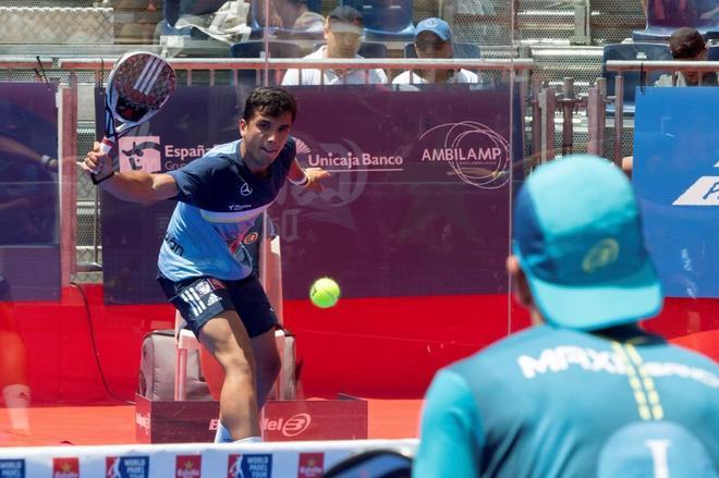 Alejandro Galán golpea la bola durante la final de Open de Valladolid.