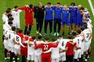 Carlos Queiroz, en el centro de la imagen, lidera una charla a los jugadores de Irán.