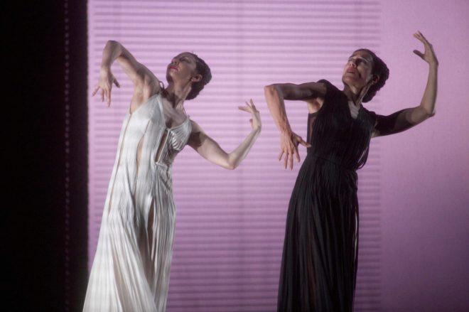 La bailarina y coreografa Blanca Li, junto con Maria Alexandrova, en los Jardines del Generalife de la Alhambra.