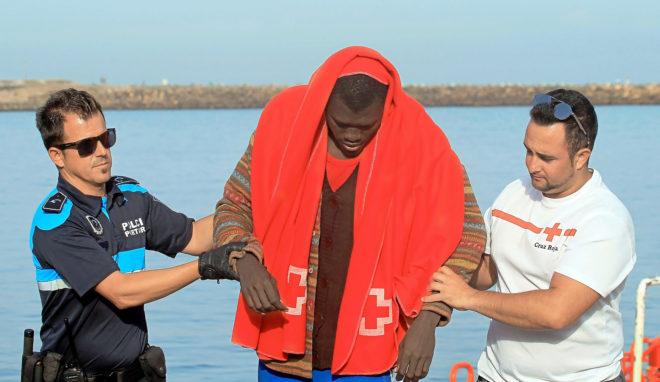 Un inmigrante es ayudado a desembarcar en Tarifa (Cádiz).