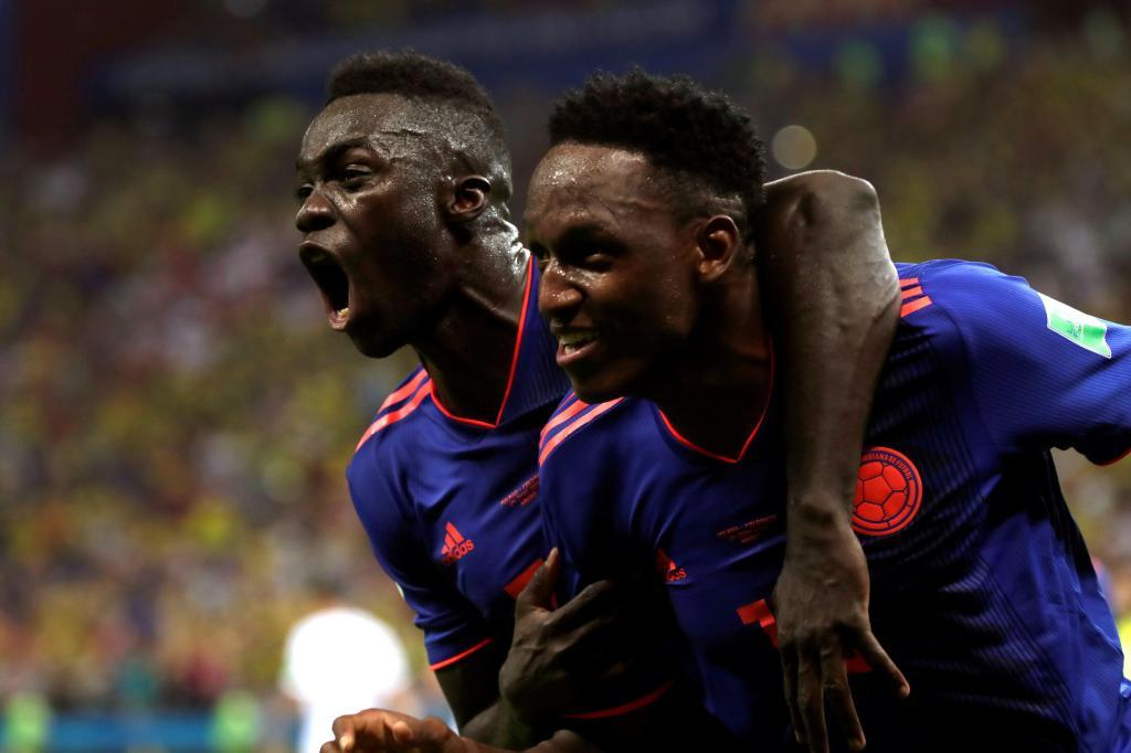 MUN32-69. KAZÁN (RUSIA), 24/06/2018.- El defensa colombiano Yerry Mina (d) celebra con su compañero, el defensa colombiano Davinson Sánchez (i), tras marcar el 0-1 durante el partido Polonia-Colombia, del Grupo H del Mundial de Fútbol de Rusia 2018, en el Kazán Arena de Kazán, Rusia, hoy 24 de junio de 2018 (RUSSIA SOCCER FIFA WORLD CUP, Poland, Colombia, Kazan). EFE/Julio Muñoz [ATENCIÓN EDITORES: Sólo Uso editorial. Prohibido su uso en referencia con entidad comercial alguna. Prohibido su uso en alertas, descargas o mensajería multimedia en móviles. Las imágenes deberán aparecer como fotografías congeladas y no podrán emular la acción del juego mediante secuencias o fotomontajes. Ninguna imagen publicada podrá ser alterada, mediante texto o imagen superpuesta, en el caso de que (a) intencionalmente oculte o elimine el logotipo de un patrocinador o (b) añada y/o cubra la identificación comercial de terceras partes que no esté oficialmente asociada con la Copa Mundial de la FIFA.]