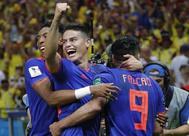 Falcao es felicitado por el gol que marcó a Polonia.