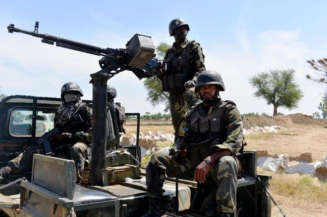 Miembros de las fuerzas armadas cerca de la localidad nigeriana de Banki.