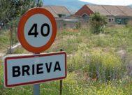 Entrada al pueblo de Brieva (Ávila), en cuya cárcel -al fondo- está cumpliendo condena Iñaki Urdangarin.