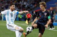 Messi y Modric disputan un balón en el Argentina - Croacia.