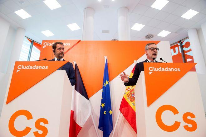José Manuel Villegas (d) y Christophe Castaner (i) en la rueda de...