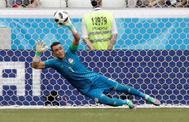 El portero egipcio El-Hadary detiene un penalti en el partido frente a Arabia.