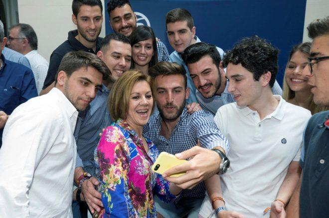 María Dolores de Cospedal se fotografía con un grupo de jóvenes en...