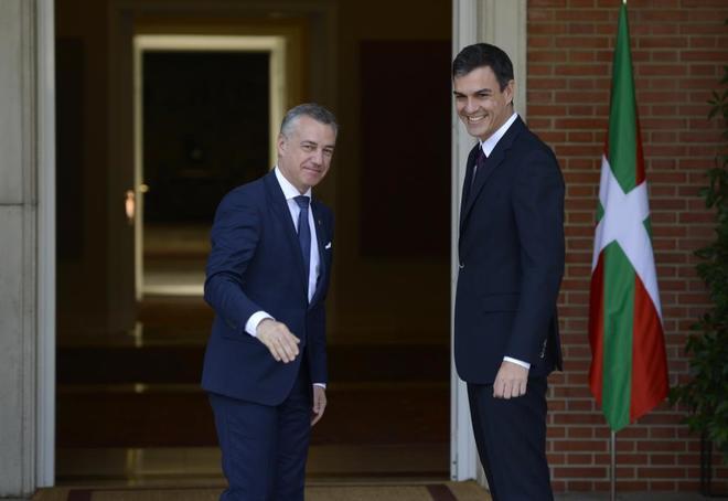 Iñigo Urkullu y Pedro Sánchez, a las puertas de La Moncloa antes de...