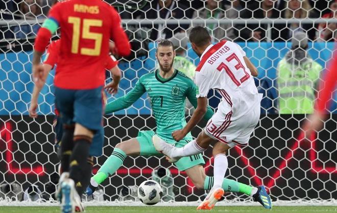 Boutaib bate a De Gea para en el partido entre España y Marruecos. MARTIN DIVISEKEFE