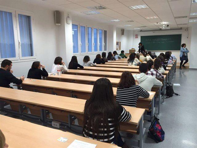 Opositores, en una de las aulas en las que se han examinado.