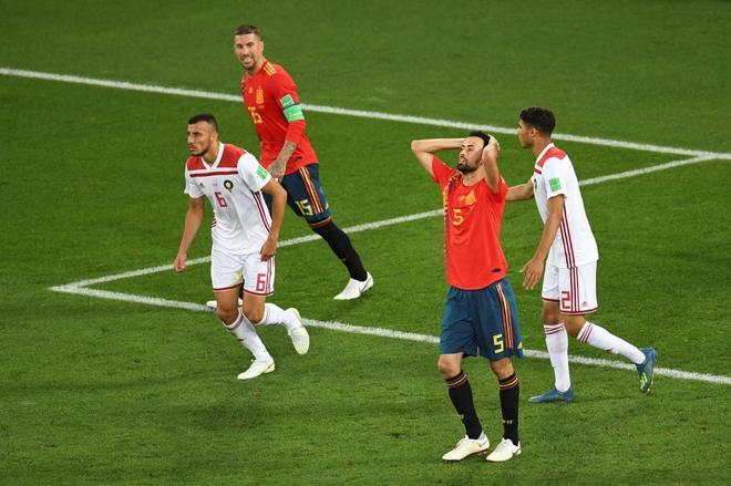 Sergio Busquets se lamenta tras fallar una ocasión en el partido ante Marruecos.