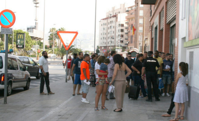 Personas haciendo cola en la Oficina de Extranjería de Castellón, en veranos anteriores.