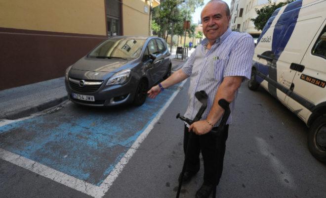 Laguna muestra un coche estacionado en una plaza reservada para discapacitados en Castellón.