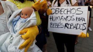 Víctimas de la supuesta trama de bebés robados, concentradas en la...