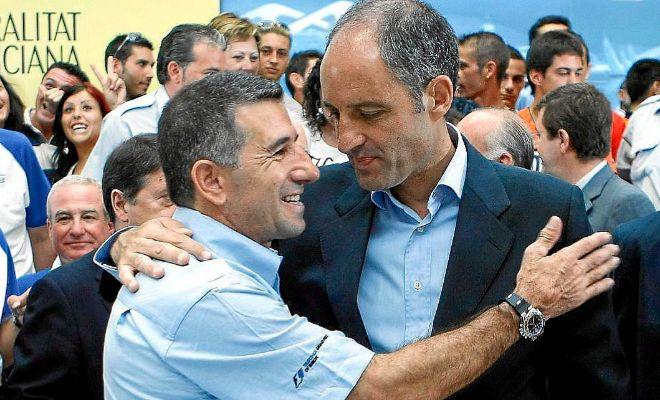 Aspar abraza a Camps en un acto de presentación del Gran Premio de Europa de F-1.