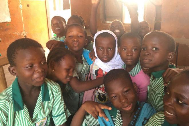 Las alumnas de la escuela Maltiti posan con su uniforme.