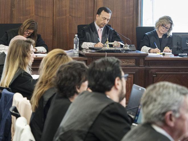 Los tres magistrados del tribunal que está enjuiciando los ERE, con el presidente, Juan Antonio Calle Peña, en el centro.