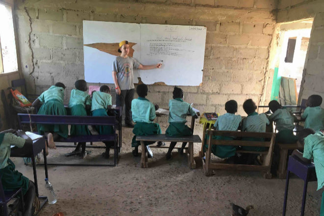 Hugo da clase en la escuela Maltiti.