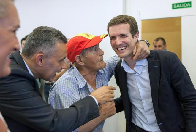 El candidato a la presidencia del PP, Pablo Casado (d), saluda a...