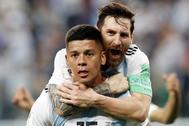 Leo Messi se sube a la espalda de Rojo para celebrar el gol de la victoria.