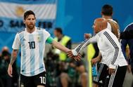 Jorge Sampaoli felicita a Leo Messi durante el partido ante Nigeria.